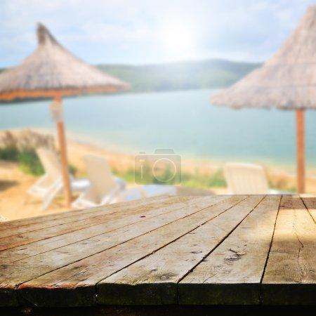 Photo pour Table vide pour l'affichage des produits montages sur la plage - image libre de droit