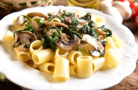 Pasta with spinach, chicken and mushrooms