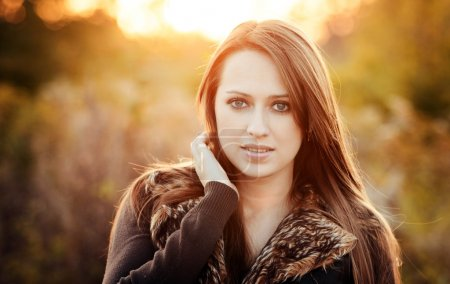 Photo pour Portrait d'automne de belle fille caucaissienne en plein air sur la nature - image libre de droit