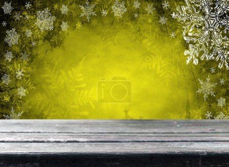 Photo pour Table de terrasse en bois vide avec fond jaune de Noël. Prêt pour le montage d'affichage du produit . - image libre de droit