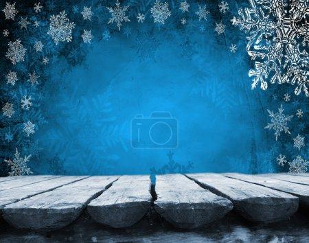 Photo pour Table de terrasse en bois vide avec fond bleu de Noël. Prêt pour le montage d'affichage du produit . - image libre de droit