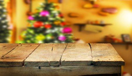 Foto de Tabla vacía producto Mostrar montajes con borrosa árbol de Navidad sobre fondo - Imagen libre de derechos