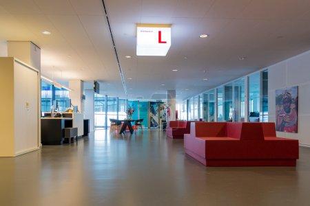 Photo pour Utrecht, Pays-Bas - 24 août: Moderne hôtel de ville d'Utrecht avec la salle d'attente pour les visiteurs sur 24 août 2015 à Utrecht, Pays-Bas - image libre de droit