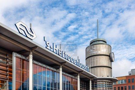 Photo pour DEN BOSCH, PAYS-BAS - 24 août : Façade de la gare néerlandaise à Den Bosch le 24 août 205 à Den Bosch, Pays-Bas - image libre de droit