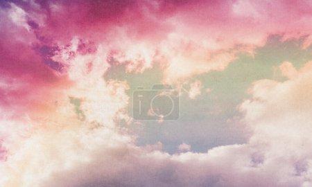 Photo pour Nuages roses sur fond de papier vintage texturé . - image libre de droit
