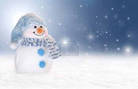 Photo pour Holiday or winter background with a cute, cheerful snowman in snow. Snowflakes are falling from a blue sky. - image libre de droit