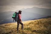 Junge Frau, Wandern in den Bergen mit Rucksack Reisen Lifestyle ein