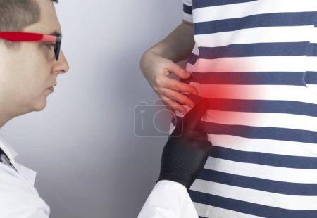Una mujer sufre de dolor en el apéndice. Apendicitis aguda, enfermedad de Crohn o enfermedad inflamatoria intestinal. Examen quirúrgico y preparación para la apendicectomía laparoscópica