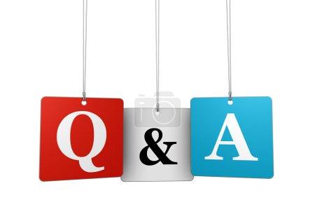 Photo pour Questions et réponses concept web et Internet avec q et une lettre et signe sur des étiquettes suspendues isolées sur fond blanc . - image libre de droit