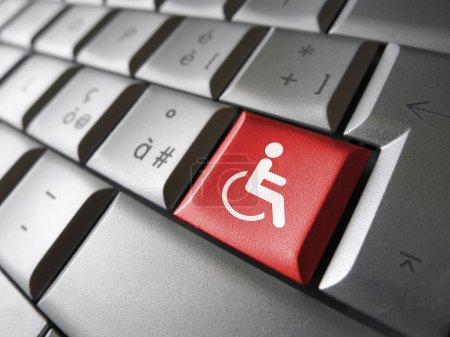 Photo pour Concept d'accessibilité au contenu Web avec icône et symbole en fauteuil roulant sur une clé rouge pour le blog et les affaires en ligne . - image libre de droit