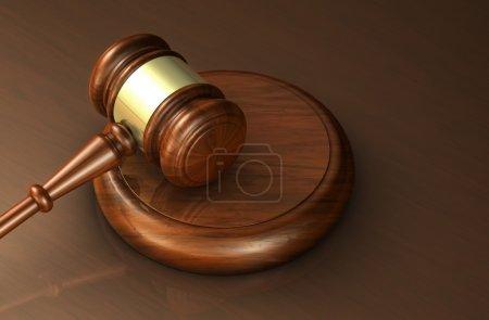 Photo pour Concept de droit, d'avocat et de justice avec un gros plan en 3D d'un marteau sur un bureau brun en bois pour bannière et fond de cabinet d'avocats . - image libre de droit