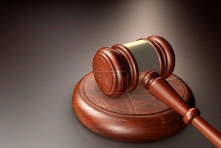Photo pour Concept de juge, droit, avocat et de justice avec un gros plan rendu 3d d'un marteau sur un ordinateur de bureau en bois. - image libre de droit
