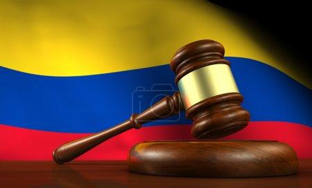Photo pour Droit colombien, système juridique et concept de justice avec un rendu 3D d'un marteau sur un bureau en bois et le drapeau colombien sur fond . - image libre de droit