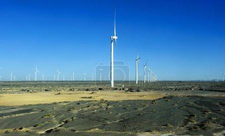 Photo pour Nouvelle source d'énergie éolienne dans le vaste désert de Gobi - image libre de droit