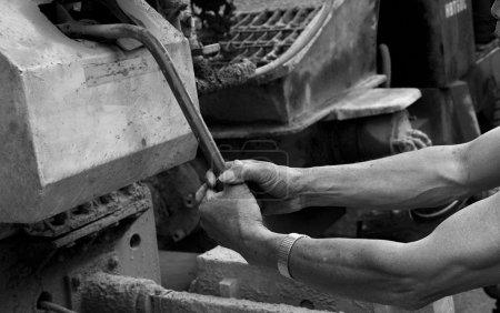 Photo pour Mains d'un ouvrier - image libre de droit