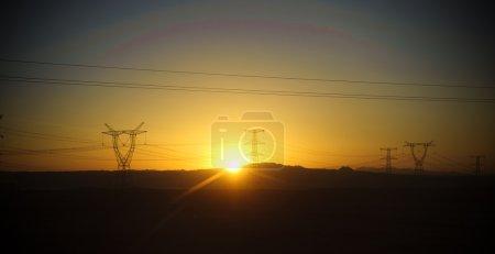 Photo pour Ligne de transport d'électricité au lever du soleil - image libre de droit