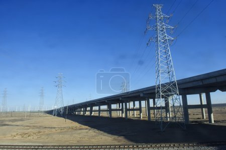 Photo pour Tour de transmission d'énergie dans le désert de Gobi - image libre de droit