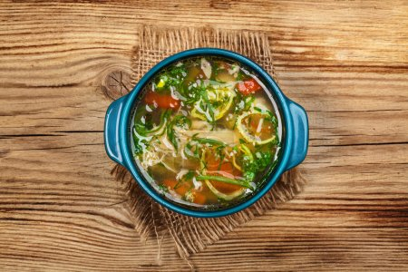 Photo pour Soupe de poulet aux légumes sur table en bois - image libre de droit