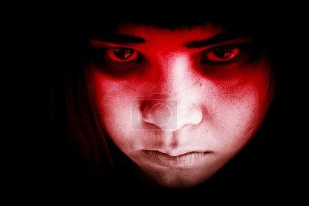 Foto de Hacia fuera de la oscuridad, retrato de niña de miedo mirando a las cámaras, Ghost girl escondiéndose en la oscuridad, Fondo de terror para halloween - Imagen libre de derechos