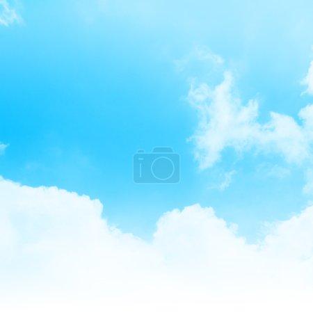 Photo pour Ciel bleu nuageux fond abstrait - image libre de droit