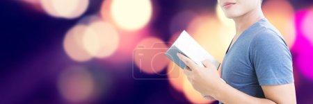 Photo pour Homme avec le concept de livre avec le fond coloré de lumières de Bokeh, conception de bannière - image libre de droit