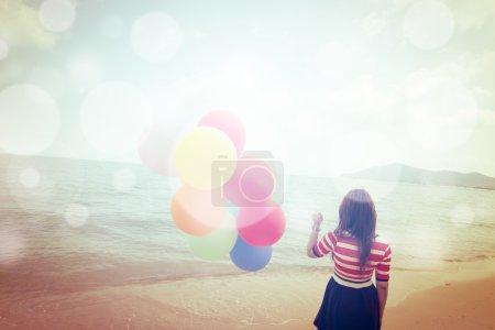 Foto de Mujer con globos de colores en la playa, Al aire libre filtros de estilo de vida imágenes - Imagen libre de derechos