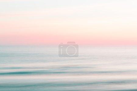 Photo pour Coucher de soleil abstrait ciel et océan nature fond avec flou mouvement panoramique . - image libre de droit