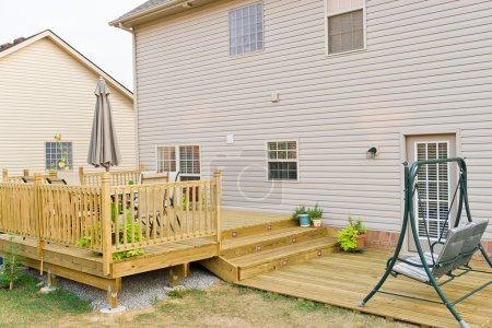 Photo pour Nouvelle terrasse hors sol et patio de la maison familiale . - image libre de droit