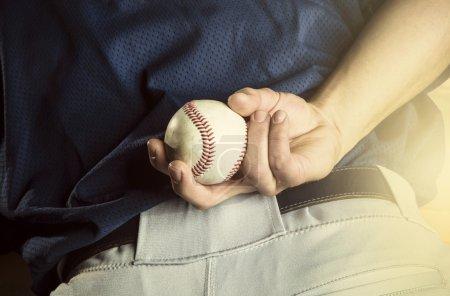 Photo pour Un gros plan de vue de la main de pichets de base-ball juste avant de lancer une balle rapide dans un jeu. Mettre l'accent sur les doigts et la balle - image libre de droit