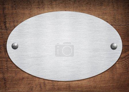 Photo pour Composition de la plaque d'aluminium métallique, plaque signalétique sur planche de bois - image libre de droit
