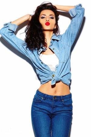 Photo pour Haute couture look.glamor élégant beau modèle jeune femme avec lèvres rouges en été tissu hipster jean coloré lumineux - image libre de droit
