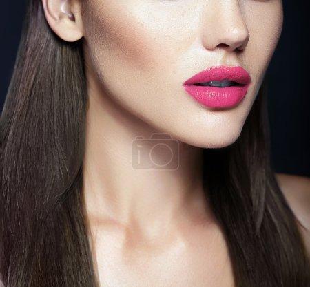 Photo pour Parfait rose lèvres de sexy belle fille modèle - image libre de droit