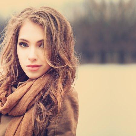 Photo pour Gentle portrait d'une jeune fille belle rouquine - image libre de droit