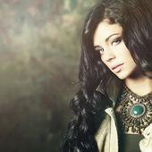 Módní model bruneta s profesionální make-up a dlouhé vlasy