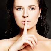 Fiatal nő, intett a csendes, vagy shushing. csend koncepció