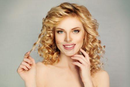 Foto de Chica guapa con el pelo rizado y sonrisa Toothy. Dientes blancos, pelo rubio - Imagen libre de derechos