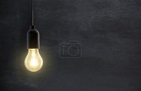 Photo pour Lampe ampoule sur fond tableau noir avec espace de copie - image libre de droit