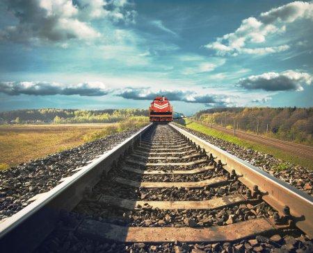 Photo pour Chemin de fer avec un train de marchandises - image libre de droit