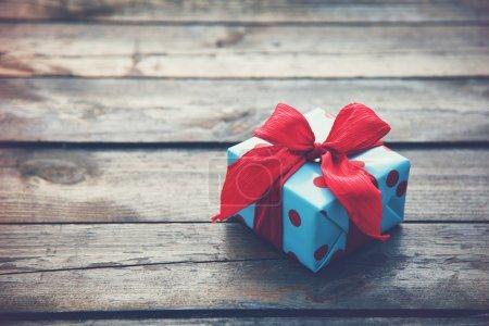 Photo pour Boîte cadeau sur table en bois comme fond naturel avec copyspace - image libre de droit