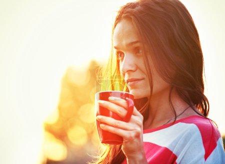 Photo pour Jolie fille avec matin café au lever du soleil - image libre de droit