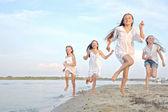 Portrét dětí na pláži v létě