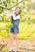 Portrét venku v létě holčička