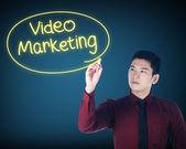 Obchodní muž píše video marketing