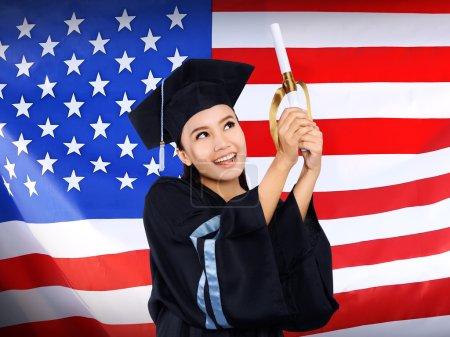 Photo pour Heureuse étudiante asiatique avec fond drapeau des États-Unis. Étudier aux Etats-Unis conceptuel - image libre de droit