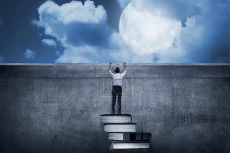 Photo pour Homme d'affaires asiatique grimpant livres. Concept d'enseignement supérieur - image libre de droit
