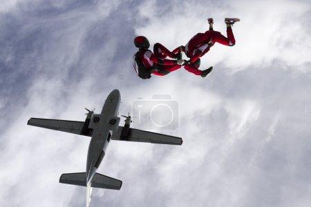 Photo pour Deux parachutistes ont sauté d'un avion . - image libre de droit
