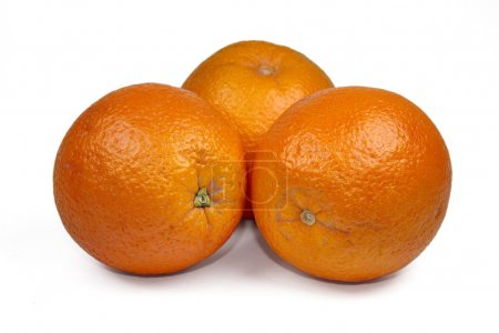 Photo pour Oranges fraîches mûres sur fond blanc - image libre de droit