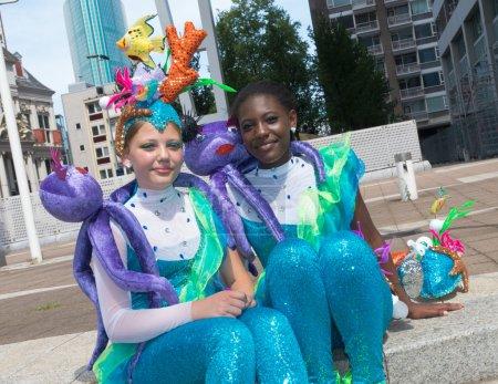 Photo pour Danseurs inconnus au plus grand défilé tropical avec plus de 20 nationalités. C'est un point culminant coloré de Rotterdam et célèbre son 30ème anniversaire! - image libre de droit