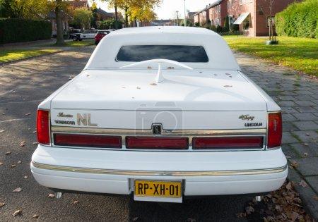 white lincoln limousine