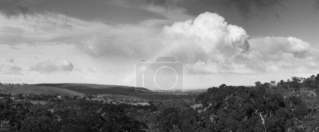 Photo pour Incroyable arc-en-ciel avec d'énormes nuages au-dessus du port Victor, sur la péninsule de Fleurieu en Australie du Sud en noir et blanc - image libre de droit